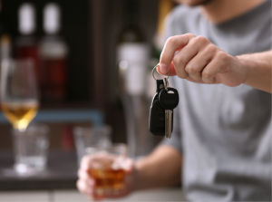 Οδήγηση και κατανάλωση αλκοόλ. Να το αποφεύγετε πάντα. Μάθετε γιατί…