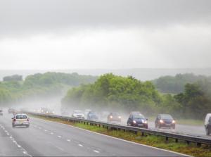 Οδήγηση σε δυνατή βροχή! Τι πρέπει να γνωρίζετε…