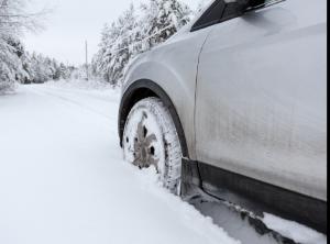 Πώς ξεκολλάμε το αυτοκίνητό μας από το χιόνι, τη λάσπη ή την άμμο